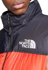 The North Face - 1996 RETRO NUPTSE VEST UNISEX - Veste - fiery red - 5