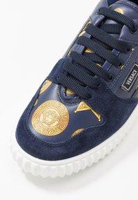 Versace - Tenisky - blue navy/oro - 2