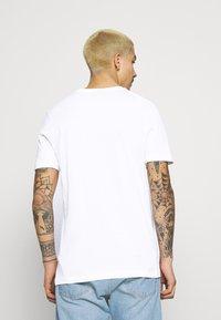 Nike Sportswear - COURT TEE - Triko spotiskem - white - 2