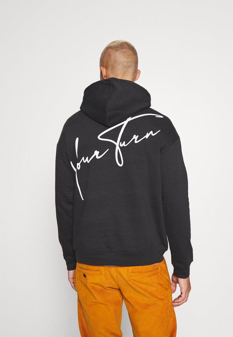 YOURTURN - BOLD SCRIPT HOODIE UNISEX - Sweatshirt - black