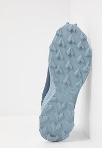 Salomon - ALPHACROSS BLAST GTX - Trail running shoes - dark denim/white/ashley blue - 4