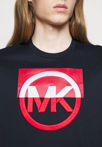 Michael Kors - BLOCK LOGO TEE - Print T-shirt - dark midnight - 4