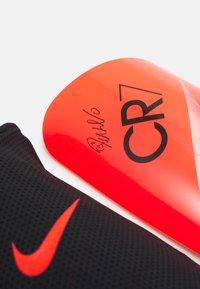 Nike Performance - CR7 MERC LT GRD UNISEX - Leggbeskyttere - bright crimson/total orange/black - 3