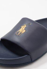 Polo Ralph Lauren - CAYSON  - Pantofle - newport navy/gold - 5