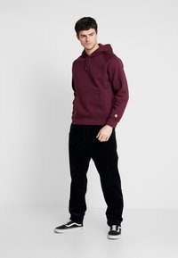 Carhartt WIP - HOODED CHASE  - Mikina s kapucí - shiraz/gold - 1