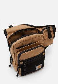 Carhartt WIP - DELTA SHOULDER BAG UNISEX - Vyölaukku - dustyq brown - 2