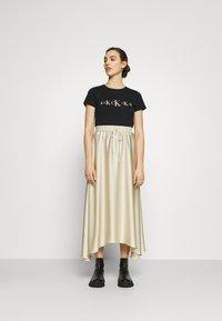 Calvin Klein Jeans - ECO SLIM - Triko spotiskem - black / irish cream - 1