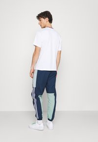 adidas Originals - LIGHTWEIGHT UNISEX - Pantaloni sportivi - hazy green/crew navy - 2