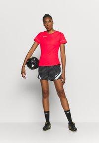 Nike Performance - ACADEMY 21 - T-shirt print - siren red/green strike - 1