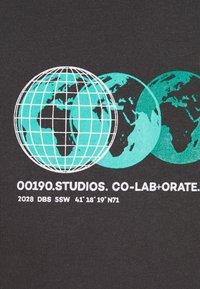 Daily Basis Studios - PHOTOGRAPHIC TEE UNISEX - Print T-shirt - charcoal - 2