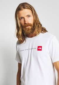 The North Face - NEVER STOP EXPLORING TEE - T-shirt med print - white/red - 3