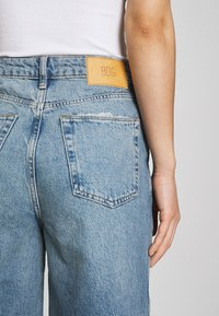 BDG Urban Outfitters - RIPPED KNEE PUDDLE - Jeans relaxed fit - dark vintage - 5