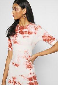 EDITED - TAYLA DRESS - Žerzejové šaty - cedar wood/white swan - 3