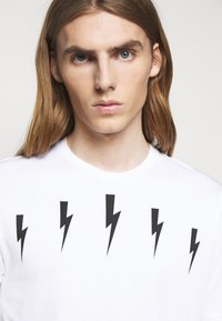 Neil Barrett - HALO BOLTS - T-shirts med print - white/black - 5