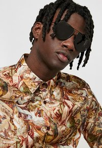 McQ Alexander McQueen - Sunglasses - black/black/grey - 1
