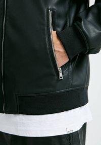 PULL&BEAR - Giacca in similpelle - mottled black - 4