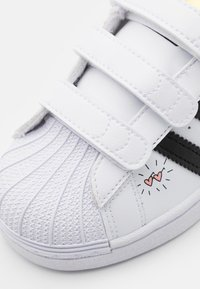 adidas Originals - SUPERSTAR UNISEX  - Sneakers laag - footwear white/core black/gold metallic - 5