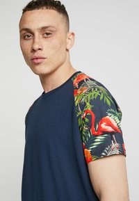 Jack & Jones - JORNEWSPRING TEE CREW NECK - Print T-shirt - navy blazer - 4