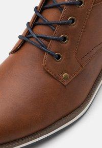 Pier One - Zapatos con cordones - cognac - 5