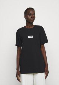 MM6 Maison Margiela - T-shirts med print - black - 0