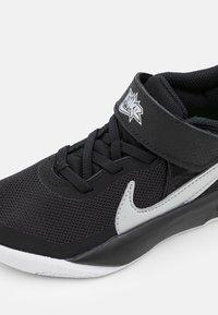 Nike Performance - TEAM HUSTLE D 10 UNISEX - Zapatillas de baloncesto - black/metallic silver/volt/white - 5