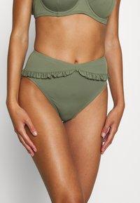 MICHAEL Michael Kors - ICONIC SOLIDS RUFFLED HIGH LEG BOTTOM - Bikinibroekje - army green - 2