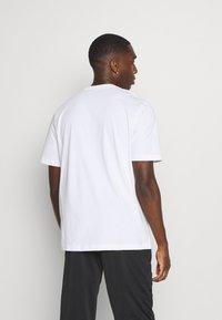 Puma - NU TILITY GRAPHIC - T-shirt med print - white - 2