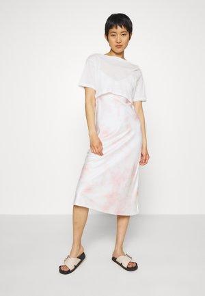 BENNO DYE TEE DRESS 2-IN-1 - Day dress - chalk white/pink