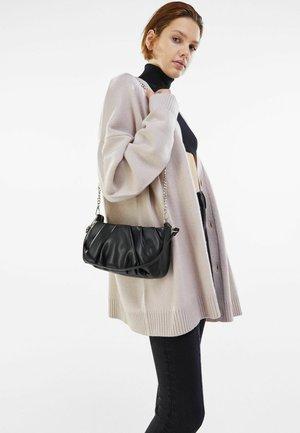 MIT KETTE UND ZIERFALTEN  - Handbag - black