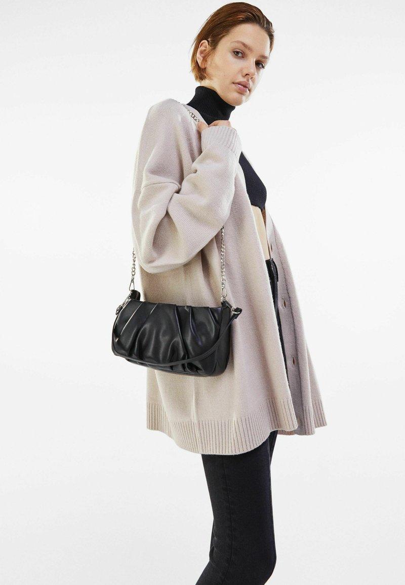 Bershka - MIT KETTE UND ZIERFALTEN  - Handbag - black
