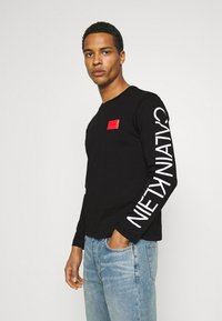 Calvin Klein - TEXT REVERSED LOGO - Maglietta a manica lunga - black - 0
