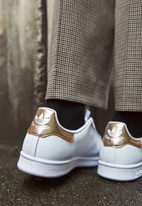 adidas Originals - STAN SMITH  - Trainers - footwear white/copper metallic - 2