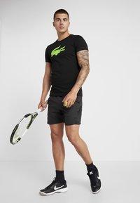 Lacoste Sport - BIG LOGO - T-shirt z nadrukiem - black/fluo zest - 1