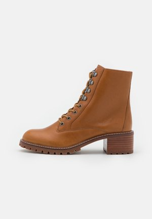 CHESTER LACE UP BOOT PATTI - Veterboots - bison