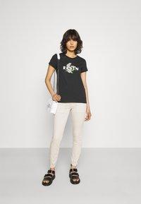 Levi's® - THE PERFECT TEE - T-shirt z nadrukiem - caviar - 1