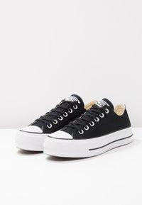 Converse - CHUCK TAYLOR ALL STAR LIFT - Sneakersy niskie - black/garnet/white - 6