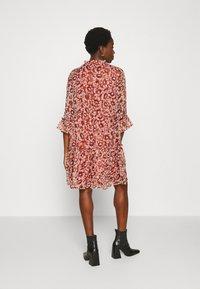 ONLY - ONYVILMA DRESS - Vestido informal - picante - 2
