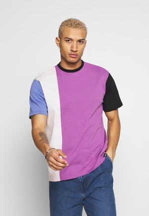 VERTICAL PANELLING - Print T-shirt - purple