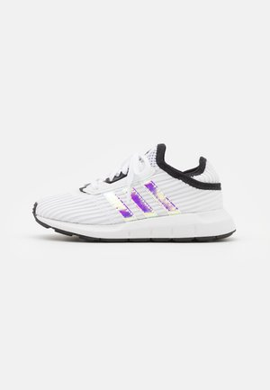 SWIFT RUN X C UNISEX - Baskets basses - footwear white/core black