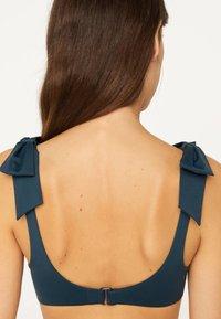 OYSHO - NECKHOLDER-BIKINIOBERTEIL MIT SCHLEIFEN 30704333 - Bikini top - dark blue - 2