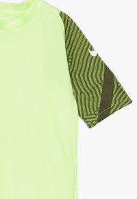 Nike Performance - Print T-shirt - ghost green/cargo khaki/white - 4