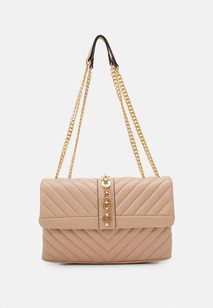 CASEY CHAIN - Taška spříčným popruhem - pink