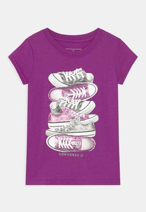 SHOE STACK - Print T-shirt - icon violet