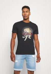 CLOSURE London - SAVAGE TIGER TEE - T-shirt z nadrukiem - black - 0