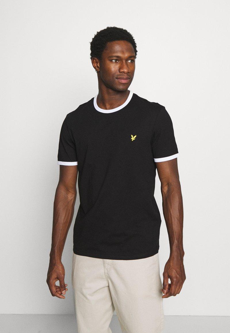 Lyle & Scott - RINGER - T-shirt med print - jet black/white