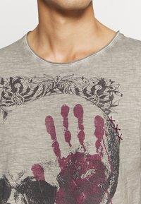Key Largo - Print T-shirt - silver - 5