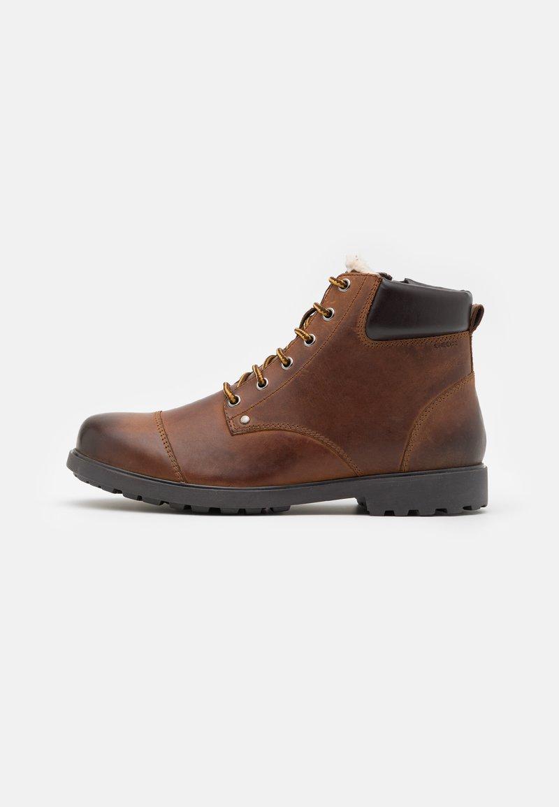 Geox - RHADALF - Šněrovací kotníkové boty - browncotto
