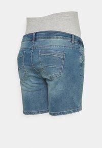 Mamalicious Curve - MLFONTANA SLIM - Jeans Short / cowboy shorts - light blue - 1