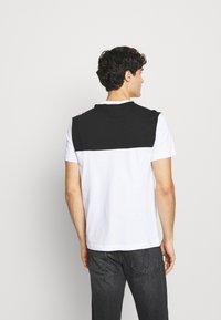 Calvin Klein - BOLD STRIPE LOGO - T-shirt med print - white - 2