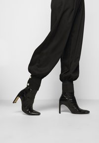 Mother of Pearl - ELASTICATED TROUSER WITH CUFF HEM - Trousers - black - 4